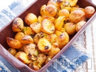 Печени / задушени пресни картофи в олио с тиквички и магданоз в глинен съд или йенска тенджера (стъкло) на фурна